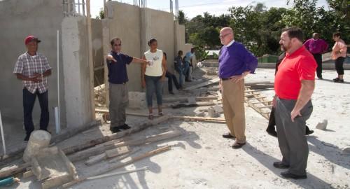 El Rdo. Adolfo Moronta describe —a Todd Ousley, obispo de Michigan Oriental, y a Bill Kunkle, director ejecutivo del Grupo Dominicano de Desarrollo— una construcción que se encuentra en proceso en San Isidro. Foto de Julius Ariail.