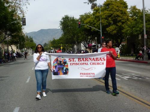 Karla Enrequez y su hijo Matthew llevan la pancarta de San Bernabé en la 32º. Desfile de la Historia Negra en Pasadena. Foto de Keith Yamamoto.