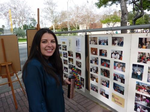 La Rda. Mayra Macedo-Nolan de la iglesia de Lake Avenue mira la retrospectiva de San Bernabé. Foto de Keith Yamamoto.