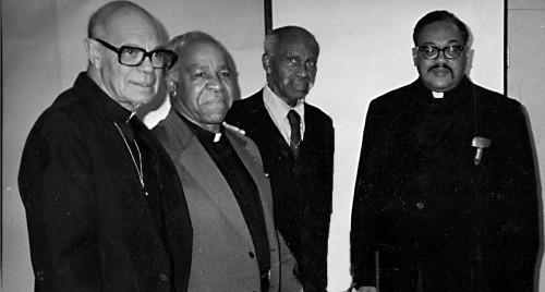 De izquierda a derecha, los Rdos. Jesse Moses (tercer rector), Alfred Norman (segundo y cuarto rector), Alfred Wilkins (primer rector), e Ivor Ottley (quinto rector), quien elevó la iglesia a la categoría de parroquia. Foto de los archivos de San Bernabé.