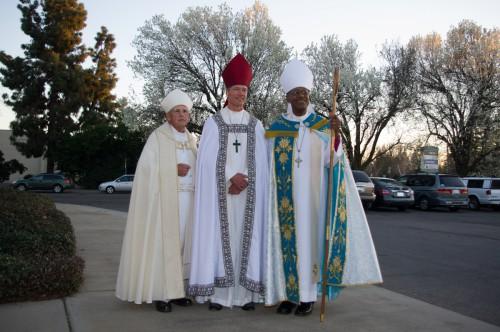 Los tres obispos sucesivos provisionales de San Joaquín (desde la izquierda) Jerry Lamb, David Rice y Chet Talton fuera de San Pablo, [St. Paul's], Modesto. Foto: Kelvin Yee