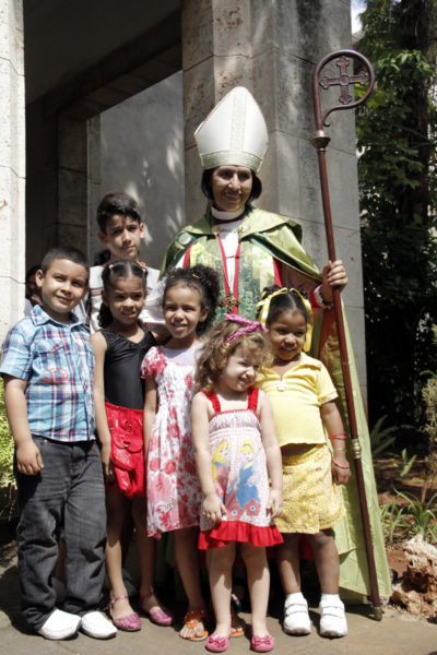 Griselda Delgado del Carpio poses with children following the General Synod's closing Eucharist. The church in Cuba's three-year plan prioritizes the formation of children. Photo: Lynette Wilson/Episcopal News Service