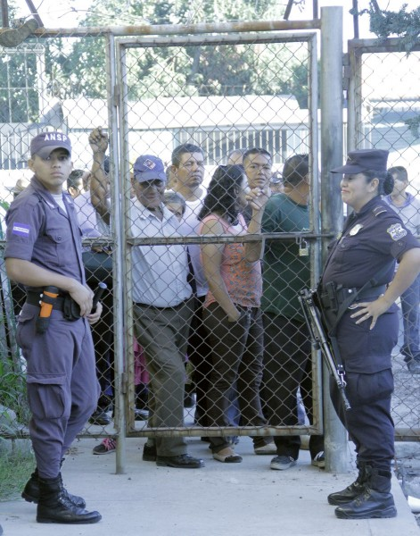 Votantes esperan de pie ante la puerta del centro de votación de San Martín después de las 7:00 A.M. hora en que comenzaban las elecciones.