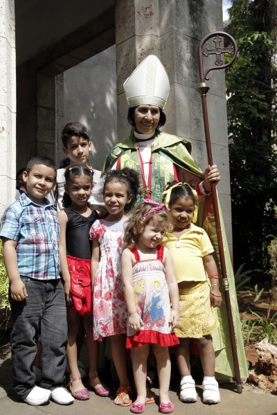 Griselda Delgado del Carpio, posa con los niños después de la Eucaristía de clausura del Sínodo General. La iglesia en el plan trienal de Cuba prioriza la formación de los niños. Foto: Lynette Wilson / Episcopal News Service