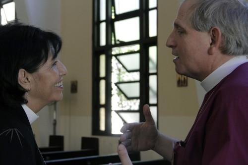 Obispa de Cuba Griselda Delgado del Carpio y el obispo Michael Bird de la Diócesis de Niagara hablan después de una sesión de trabajo. Cuba y Niagara renovaron recientemente su relación de diócesis compañeras. Foto: Lynette Wilson / Episcopal News Service