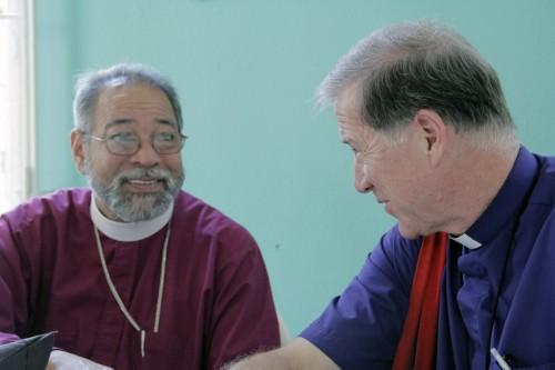 El obispo Julio César Holguín de la República Dominicana y el arzobispo Fred Hiltz, primado de la Iglesia Anglicana de Canadá, hablan durante la hora del almuerzo del Sínodo General de la iglesia episcopal de Cuba. Foto: Lynette Wilson/Episcopal News Service