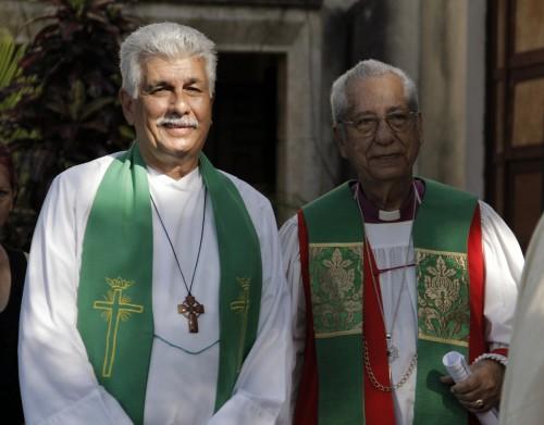 Obispo Miguel Tamayo Zaldívar, ex obispo interino de Cuba, y el obispo Ulises Aguero, obispo emérito de Cuba, durante la procesión de Eucaristía de clausura. Foto: Lynette Wilson / Episcopal News Service