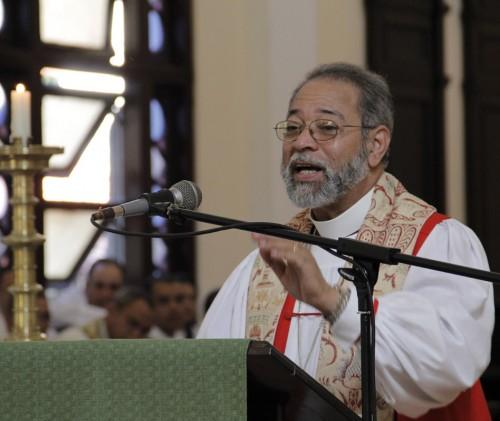 El obispo Julio César Holguín de la República Dominicana predicó durante la Eucaristía de clausura de la Asamblea General de la iglesia episcopal de Cuba. Foto: Lynette Wilson / Episcopal News Service