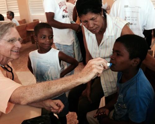 Dr. Richard Taft de la Iglesia Episcopal San Pablo en Greenville, Carolina del Norte, trata a un paciente joven en una clínica médica en San Pablo Apostol en Jimaní. Un equipo médico de Carolina del Norte dirigía una clínica fuera de la iglesia del 24 a 27 de febrero.