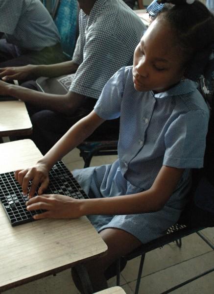 Un estudiante del Centro de  San Vicente para Niños Discapacitados de la Diócesis Episcopal en Port-au-Prince, Haití, estudia braille en noviembre de 2008. El centro sigue siendo el único lugar de enseñanza en braille para los ciegos en el país. Foto: Mary Frances Schjonberg / Episcopal News Service.