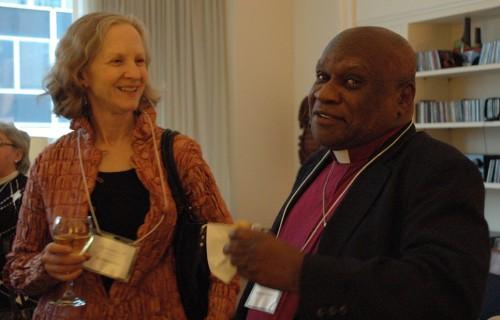 Mary White, y el obispo Jean Zaché Duracin comparten una risa el 10 de marzo, durante una recepción en la residencia de la obispa presidente en la oficina central de la Iglesia Episcopal de Nueva York para honrar la importante donación de White al Centro de San Vicente para Niños Discapacitados en Port-au-Prince, Haití. Foto: Mary Frances Schjonberg / Episcopal News Service