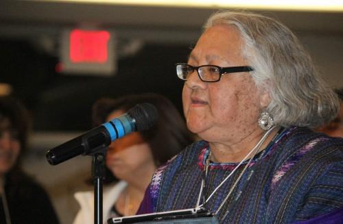 Poeta, artista visual y dramaturgo Enedina Casarez Vásquez describe durante una sesión plenaria su búsqueda de expresiones culturales mexicanas y la identidad dentro de la Iglesia Episcopal. Foto: A. Lynn Collins