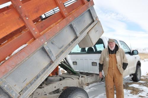El Rdo. Harry Neeley dice que los ascensores hidráulicos para dos camiones de la parroquia del banco de madera  Tri hacen que las entregas sean mucho más fáciles.  Foto: Mary Frances Schjonberg/ENS