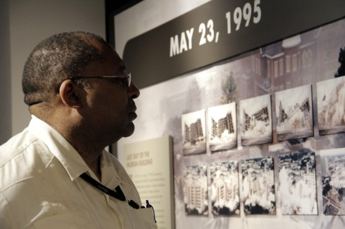 El Rdo. Joseph Harmon, rector de la iglesia de Cristo, East Orange, Nueva Jersey, mira detenidamente la exposición de fotos en el Monumento Nacional y Museo de Oklahoma City. Foto de Lynette Wilson para ENS.