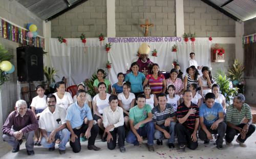 Obispo Lloyd Allen confirmó a 11 personas y recibió a 13 más en la Iglesia Episcopal el 9 de marzo en La Misión San José en El Cedral, Honduras. Foto: Lynette Wilson/ENS
