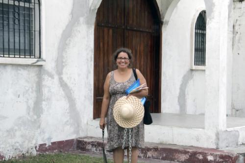 Ana Reid, una misionera que sirve en Honduras como parte de la Sociedad Anglicana de Misioneros y emisores o SAMS, está ayudando a reconstruir la Misión San Fernando Rey en Muchilena. Foto: Lynette Wilson/ENS