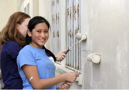 Sarah Upshur, 15, y su madre, Kim Echlin en marzo pasaron una semana visitando a los estudiantes y pintando las paredes exteriores en El Hogar. Madre e hija se unieron a un grupo de Forest Grove Iglesia Unida en Toronto, Ontario. Foto: Lynette Wilson / ENS