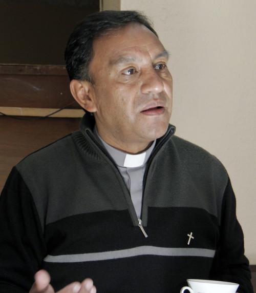 El Rdo. José Antonio Romero explica que semanalmente dos o tres familias llegan buscando refugio en Divino Salvador. Foto: Lynette Wilson /ENS