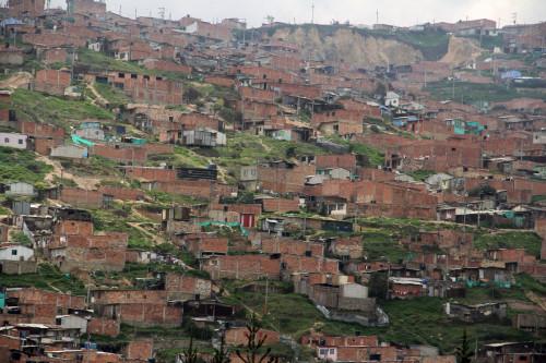 Las personas internamente desplazadas viven en casas construidas en las laderas y son susceptibles a deslizamientos de tierra, como estas en Soacha. Bogotá, la capital de Colombia está rodeada de dichas comunidades informales. Foto: Lynette Wilson /ENS