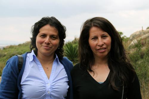 Clemencia Lopez y Fabiola Murcia son miembros de Mesa Organización de Mujeres de Soacha, una cooperativa sobre los derechos de las mujeres y apoderamiento con oficinas en la Iglesia Espíritu Santo. Foto: Lynette Wilson /ENS
