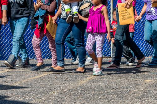 Inmigrantes de Centroamérica llegan al centro local de refugiados en McAllen. Uno de ellos lleva información de donde viven varios de sus parientes en Estados Unidos. Foto de Trish Motheral.