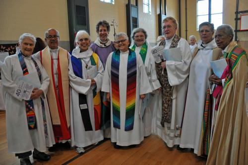 Entre los que asistieron a la celebración del 26 de julio en Filadelfia se encontraban algunos que han hecho historia. En esta foto, de izquierda a derecha, la Rda. Alison Cheek (de las 11 de Filadelfia), el obispo jubilado de Costa Rica Antonio Ramos (que participó en la imposición de manos en la ordenación de las 11 de Filadelfia), la Rda. Carter Heyward (de las 11 de Filadelfia), la obispa primada Katharine Jefferts Schori (cuya elección en 2006 la convirtió en la primera primada de la Comunión Anglicana), la Rda. Merrill Bittner (de las 11 de Filadelfia), la Rda. Betty Powell (una de las cuatro que fueron ordenadas en Washington, D.C. en septiembre de 1975), la Rda. Marie Moorefield Fleischer (de las 11 de Filadelfia), la Rda. Nancy Wittig (de las 11 de Filadelfia) y Barbara Harris, obispa sufragánea jubilada de Massachusetts (que este año celebra el 25º. Aniversario de su consagración como la primera obispa de la Comunión Anglicana). Foto de Mary Frances Schjonberg para ENS
