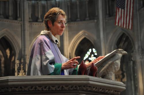 La obispa primada Katharine Jefferts Schori durante su sermón en la iglesia del Intercesor usa un par de zapatos rojos de tacones altos para ilustrar las expectativas que recaen sobre las mujeres ordenadas. Foto de Mary Frances Schjonberg para ENS.