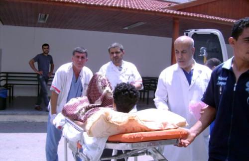 Personal medico en el hospital Ahli Arab en Gaza reciben a un paciente en la institución dirigida por la Diócesis Episcopal de Jerusalén.