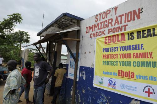 Soldados liberianos revisan a las personas que ingresan en el condado de Bomi el 11 de agosto. Tropas liberianas han establecido puestos de control del ébola e impiden el acceso público a algunas de las ciudades más afectadas después de que el país declarara un estado de emergencia para contener el peor brote de la enfermedad que se conoce. Foto de Reuters.
