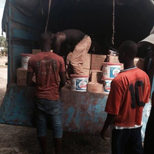 Miembros del equipo de trabajo que dirige la descarga de suministros en respuesta a la crisis del ébola en el condado de Bong, Liberia. Foto por cortesía de la Diócesis Episcopal de Liberia.