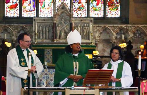 Gayle Harris, obispa sufragánea de Massachusetts, mientras preside la eucaristía en la catedral de San Asaf, en Gales, el 31 de agosto, convirtiéndose en la primera obispa anglicana que oficia en una catedral galesa. Foto de Nathaniel Ramanaden.