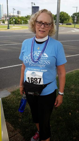 La Rda. Elaine Ellis Thomas se prepara para  la caminata 'Salir de las Tinieblas' en Filadelfia.