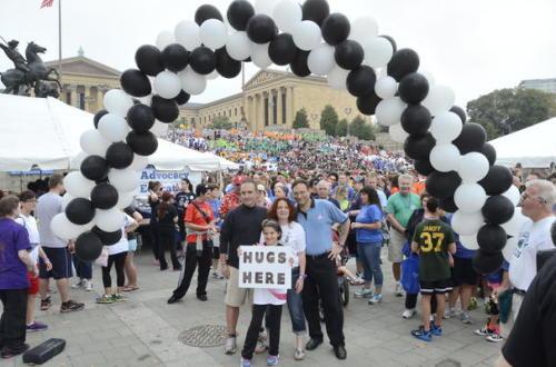 """Participantes de la caminata """"Salir de las Tinieblas"""" en Filadelfia se reúnen frente al Museo de Arte. Foto de la FAPS."""