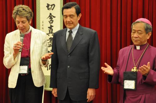 La obispa primada Katharine Jefferts Schori dirige una oración el 17 de septiembre durante una recepción al final del día de apertura de la reunión de la Cámara de Obispos de la Iglesia Episcopal en Taipéi. El presidente taiwanés, Ma Ying-jeou, al centro, habló a los reunidos en la recepción. El obispo David Jung-Hsin Lai, a la derecha, y la Diócesis de Taiwán son los anfitriones de la reunión que se extiende del 17 al 23 de septiembre. Foto de Mary Frances Schjonberg para ENS.