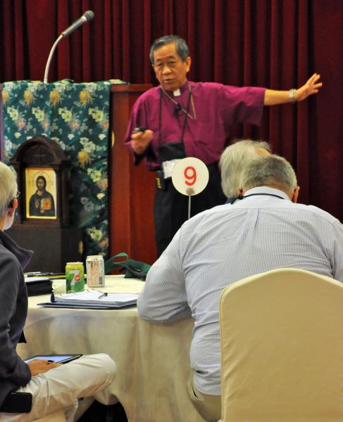 El obispo de Taiwán, David Jung-Hsin Lai le explica a la Cámara de Obispos el 19 de septiembre cómo funciona su diócesis en un país donde el cristianismo es una minoría y donde muchas prácticas espirituales tradicionales deben ser respetadas. Foto de Mary Frances Schjonberg para ENS.