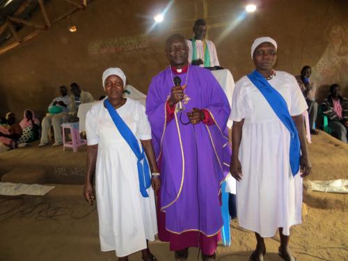 El obispo Andudu Elnail de Kadugli y miembros sudsudaneses de la Unión de Madres participan en un culto en Campo Kakuma en Kenia.