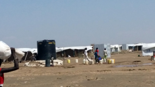 Refugiados sudsudaneses en el campamento de Kakuma, en Kenia, cargan agua para sus familias.