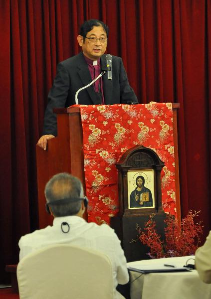 El arzobispo Nathaniel Makoto Uematsu, primado de la Iglesia Anglicana en el Japón (Nippon Sei Ko Kai), dice que la Iglesia japonesa trata de ser un agente de la reconciliación en ese país. Foto de Mary Frances Schjonberg para ENS.