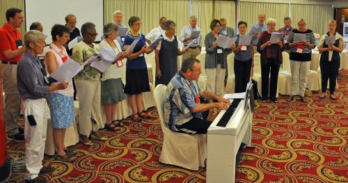 El coro de la Cámara de Obispos y sus cónyuges ensaya antes de la eucaristía del 23 de septiembre, día de la clausura de la reunión de la Cámara en Taipéi. Foto de Mary Frances Schjonberg para ENS.