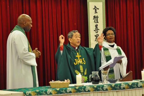 El obispo de Taiwán, David Jung-Hsin Lai, preside la eucaristía de clausura el 23 de septiembre en la reunión de la Cámara de Obispos en Taipéi. La Rda. Stephanie Spellers y el Rdo. Simón Bautista Betances, capellanes de los obispos, asistieron en la eucaristía. Foto de Mary Frances Schjonberg para ENS.