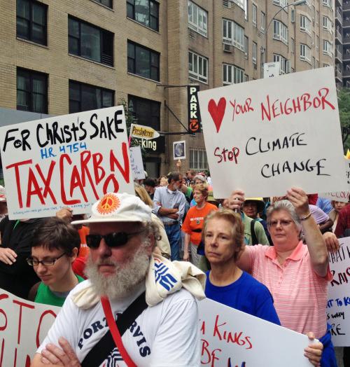 Episcopales de toda la nación y de algunos otros países se reunieron en una sección interreligiosa de la Movilización Climática de los Pueblos que tuvo lugar el 21 de septiembre en Nueva York, y en la que portaban carteles y pancartas de protestas, al tiempo que cantaban, oraban y coreaban consignas. Foto de Amy Sowder.