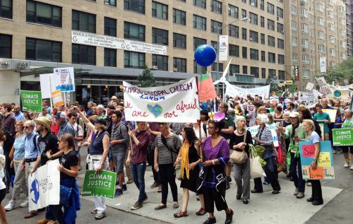 Aunque el número inicial de participantes en la Movilización de los Pueblos del Mundo a las 2:00 P.M. del domingo 21 de septiembre en Nueva York se calculó en unos 310.000, para las 5:00 P.M. tantos otros se incorporaron que la participación final ascendió a cerca de 400.000 personas. Foto de Amy Sowder.