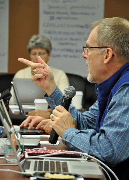 Stephen Lane, obispo de Maine y vicepresidente del Comité Permanente Conjunto sobre Programa, Presupuesto y Finanzas, plantea un asunto durante la última sesión plenaria del comité el 29 de octubre. Foto de Mary Frances Schjonberg/ENS.