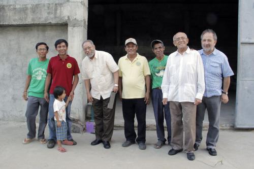 Los obispos Julio Cesar Holguín, Orlando Guerrero y Luis Ruiz posan con miembros de la cooperativa de San Pedro. Foto de Lynette Wilson para ENS.