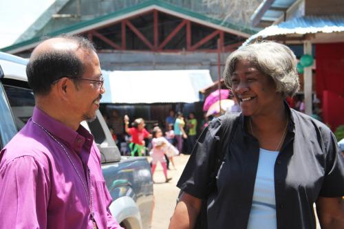 El obispo Danilo Bustamante, de la Diócesis de Filipinas Sur, y la Rda. Glenda McQueen, encargada de asociaciones globales para América Latina y el Caribe, en Cotabato. Foto de Lynette Wilson para ENS.