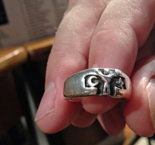 Chandler usa un anillo que simboliza el puente que una persona puede tender para conectar a musulmanes y cristianos. Foto de Amy Sowder.