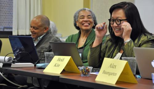 Heidi J. Kim, misionera de la Iglesia Episcopal para la reconciliación racial, al extremo derecho de la foto, hace un señalamiento el 25 de octubre durante un conversatorio sobre racismo de comités del Consejo Ejecutivo. Navita Jones, presidenta del Comité sobre Antirracismo del Consejo Ejecutivo, al centro, y Chuck Wynder, misionero de la Iglesia para la Justicia y Promoción Sociales, reaccionan a sus comentarios. Foto de Mary Frances Schjonberg/ENS.