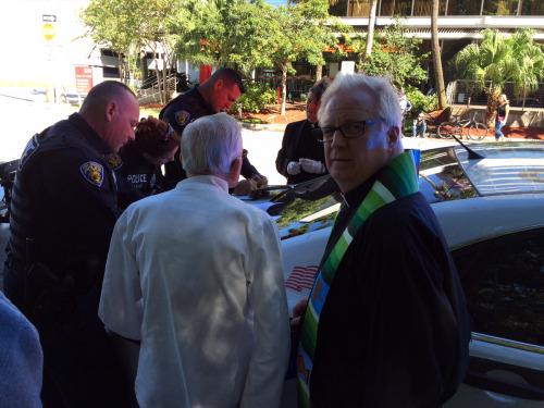 El Rdo. Canónigo Mark H. Sims (portando estola), rector de la iglesia episcopal de Santa María Magdalena en Coral Spring, recibió una citación judicial por alimentar a indigentes.