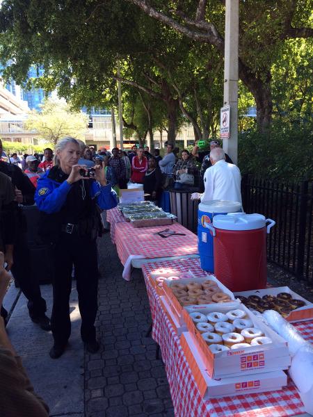 La policía llega al parque Stranahan donde Sims y otras personas reparten alimentos a indigentes que residen en el lugar.