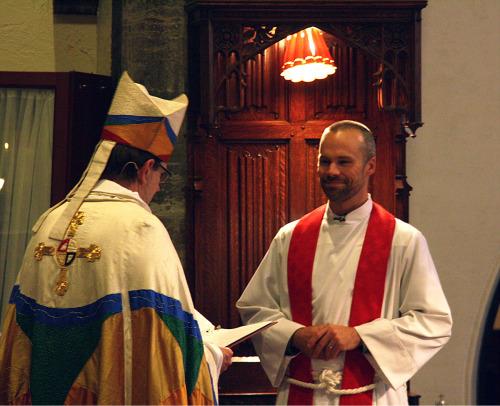El obispo Brian N. Prior instala formalmente al Muy Rdo. Justin P. Chapman en la silla del deán de la catedral de Nuestro Misericordioso Salvador en Faribault, Minnesota, el 13 de noviembre. Foto de Joe Bjordal